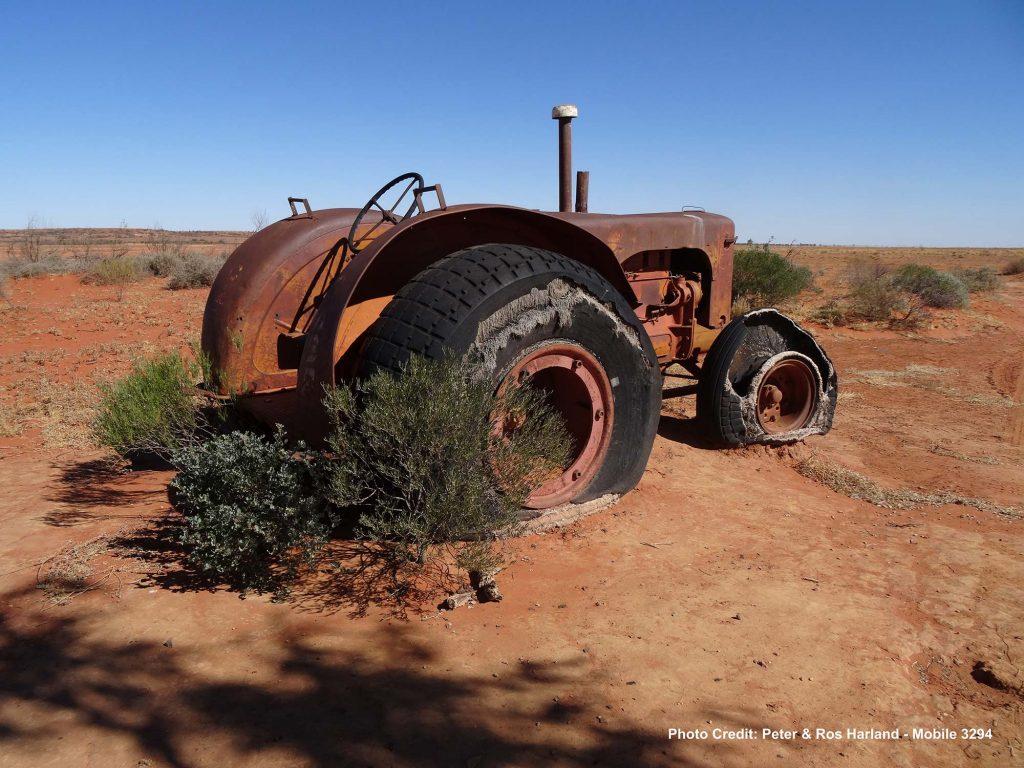 Old-Tractor-Simpson-Desert